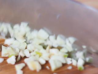 汪豆腐,拍蒜切末。