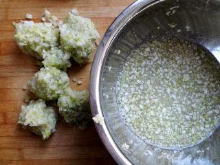 水饺,白菜此时已经出水了,把白菜多余的水分挤出来,