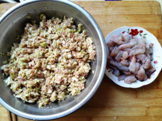 水饺,馅料就准备好了,虾仁是包一个放一个,