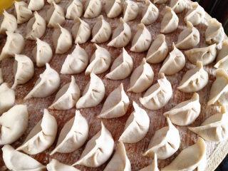 水饺,把盖帘撒上面粉,包好的饺子摆放在上面,这样就不会粘了,