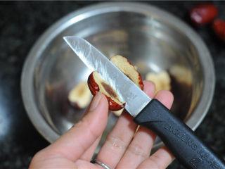 湖南+红糖甑糕,红枣清洗干净,切开后,将核去掉
