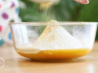 12m+姜饼人(宝宝辅食),接着筛入低筋面粉、泡打粉和姜粉,最后倒入红糖~