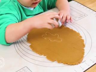 12m+姜饼人(宝宝辅食),用模具压出姜饼人的造型,喆哥压的挺不错呦,没有模具的话拿刀割出来吧,我觉得理论上可行哈哈哈~