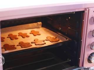 12m+姜饼人(宝宝辅食),接下来就可以放入烤箱了,上下170度烤18分钟左右~