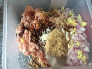 乡味~重庆小吃红油抄手,放入饺子料粉。