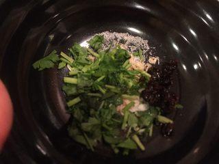 乡味~重庆小吃红油抄手,加入提前切好的香菜,味精,盐。