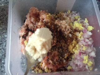 乡味~重庆小吃红油抄手,放入鸡粉。