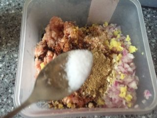 乡味~重庆小吃红油抄手,放入少许盐。