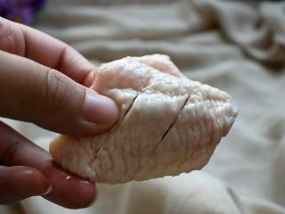 三汁焖锅,将鸡翅洗干净,正面划两刀