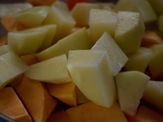三汁焖锅,土豆、地瓜均去皮,切成块。