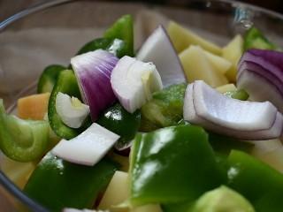 三汁焖锅,我还准备了青椒和洋葱。这里可以根据个人喜好添加配菜