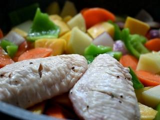 三汁焖锅,然后将鸡翅码放在配菜上