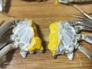 吮指香辣蟹,带脚的蟹身中间切开