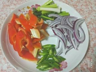 吮指香辣蟹,腌制的时候,准备配菜,红椒切块或切丝,青椒切块,洋葱切丝,蒜苗切段备用