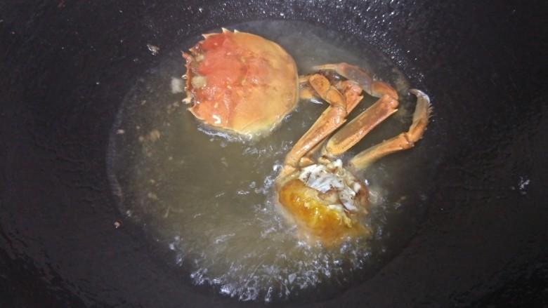 吮指香辣蟹,锅里油烧热,蟹身蟹壳炸至金黄捞出备用