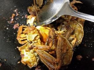 吮指香辣蟹,加入螃蟹继续翻炒使其都裹上豆瓣酱