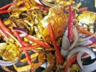 吮指香辣蟹,放入红辣椒,洋葱继续翻炒