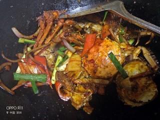 吮指香辣蟹,加蒜苗和青辣椒快速翻炒,激出青辣椒的辣味