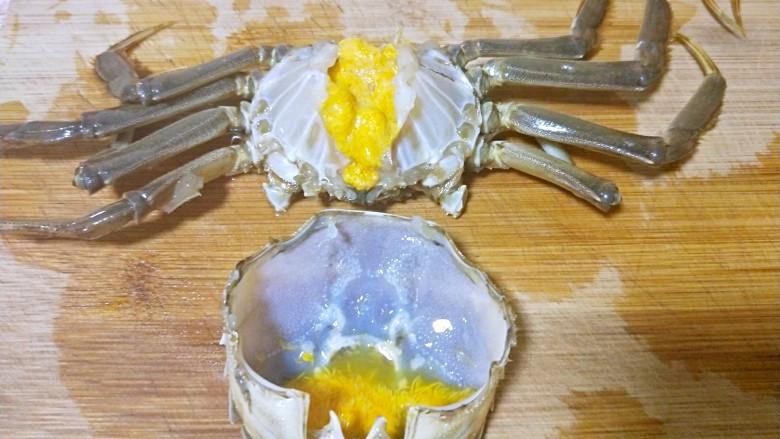 吮指香辣蟹,掰掉大脚,(我一般不用大脚,大脚上太多毛毛了不好处理),把后背壳和蟹身掰开,清理干净内脏,明显看到黄色的膏