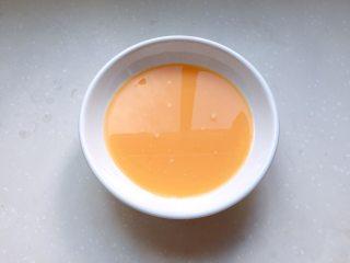 童年-水蒸蛋,用勺子舀掉个别没过滤掉的泡泡