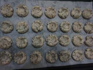 奇亚籽藜麦玛格丽特小饼,然后放入烤盘用大拇指按压,让中间有凹陷即可