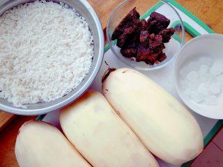 糯米糖藕,糯米提前浸泡4小时,莲藕洗净,去皮。