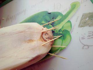 糯米糖藕,用切下来的那一块,盖上去,用牙签固定。