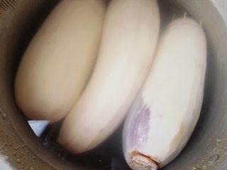 糯米糖藕,锅里加水,没过莲藕1cm即可。