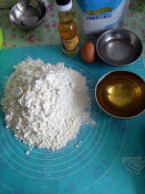 炉果-童年的味道,先把所有的材料都准备好,把臭粉放入50克水中进行溶解。