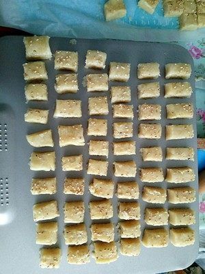 炉果-童年的味道,把炉果块放入烤盘上面入烤箱烤制190度23分钟左右,时间温度是个参考。