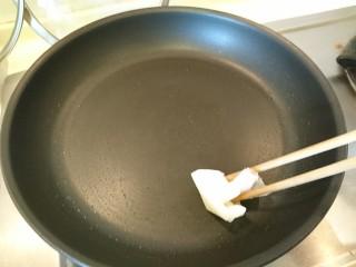豆皮韭菜,平底鍋擦油熱鍋
