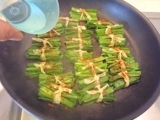 豆皮韭菜,加點水。然後都別動他們直到韭菜軟了就熄火起鍋。
