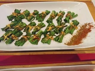 豆皮韭菜,用筷子輕輕的夾起一份份的韭菜豆皮,排進盤裡,完成!