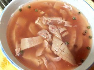 爆炒腰花,切好的腰花放在两勺料酒和花椒水里浸泡