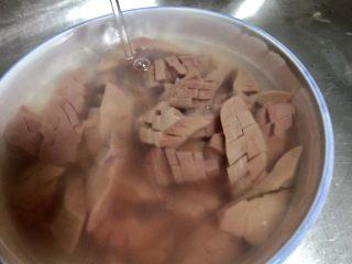 爆炒腰花,接下来把浸泡了的腰花用流水洗数遍