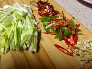 爆炒腰花,把姜蒜切米,其它切丝备用