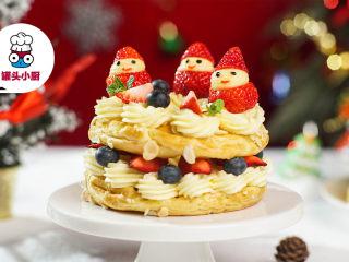 一学就会的圣诞花环泡芙,盖上另一个泡芙,挤上奶油,再摆上水果装饰,即可享用