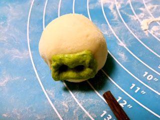 小猪豆沙包,用筷子在绿色面皮上扎2个小孔,做成小猪的鼻子