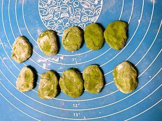 小猪豆沙包,把菠菜面切成5㎜厚,直径2㎝宽3㎝长的小块做小猪的拱嘴