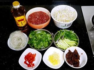 水煮牛肉,准备好材料,牛肉用嫩肉粉,酒,糖,盐,鸡粉,鸡蛋清,水淀粉抓匀腌制入味。