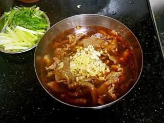 水煮牛肉,在面上放入姜蒜末。