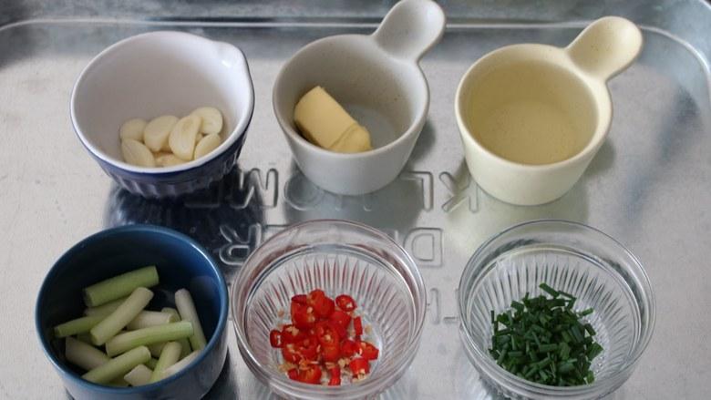 深夜食堂之酒蒸蛤蜊,准备所有材料,清洗干净切好备用。