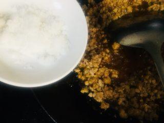 肉末土豆泥,放入适量的白糖继续翻炒均匀