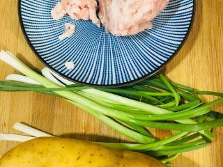 肉末土豆泥,准备所需食材如图