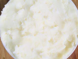肉末土豆泥,小碗抹油后把土豆泥放进去