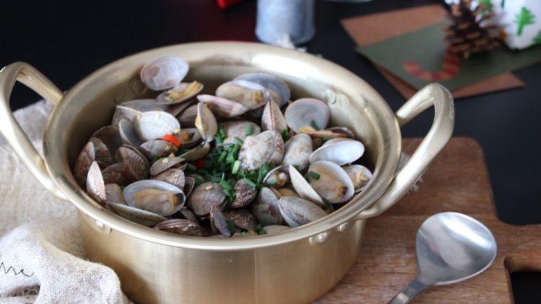 深夜食堂之酒蒸蛤蜊,这是深夜食堂第39夜中的菜谱,讲述的是一对感情深厚的母子之间的感人故事,喝着冷酒,陪着这盘蛤蜊,尝尽人世间的甜酸苦辣吧。