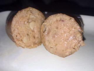 自制热狗烤肠火腿肠,里面可以看见没有切碎的肉粒~
