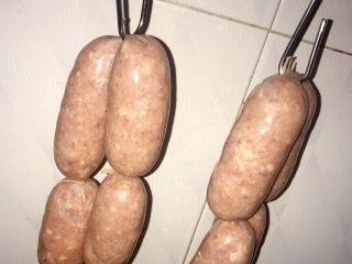 自制热狗烤肠火腿肠,把香肠晾起来~4-10小时,只要表明不粘手即可。