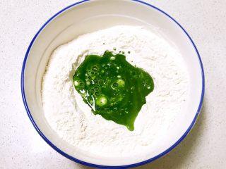 双色馒头,把菠菜酵母水倒入200克面粉中