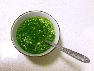 双色馒头,在120ml菠菜汁中加入酵母3克和白糖3克,调匀后静止5分钟